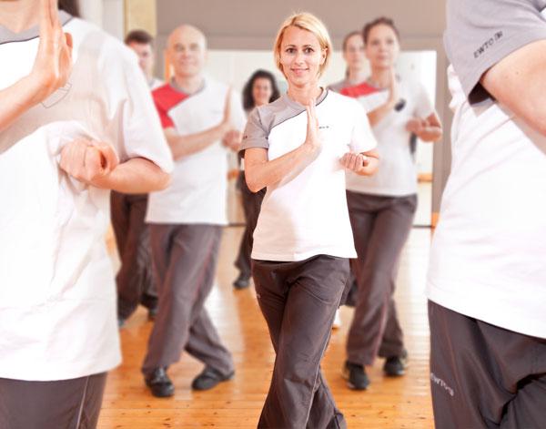 Frauen trainieren ChiKung für die Gesundheit