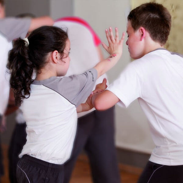 Kinder Selbstverteidigung zeigen Technik