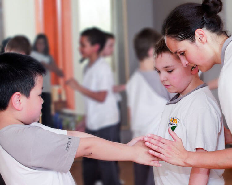 Kinder werden im Kids-WingTsun unterrichtet