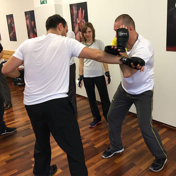 Abwehr Fauststoß im Kampftraining